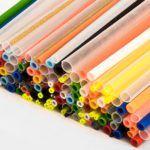 Produkcja patyczków plastikowych wwielu kolorach